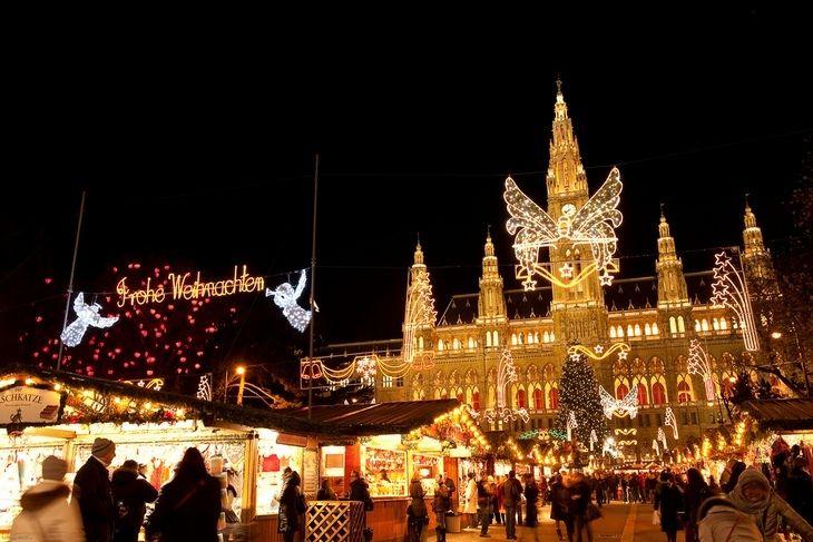 Накануне Рождества в Вене работает более десятка рождественских ярмарок.  Главный рождественский базар Вены - Christkindlmarkt на Ратушной площади.