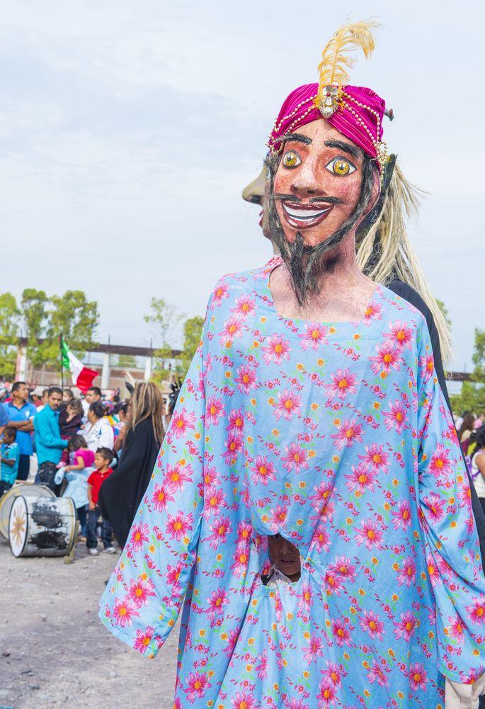 La #mojiganga, tradición en #SanMiguel de Allende, fue hace varios años una farsa representada con máscaras y disfraces ridículos. Hoy es una carnavalesca #tradicion que se disfruta por las calles.   http://www.bestday.com.mx/Guanajuato/ReservaHoteles/