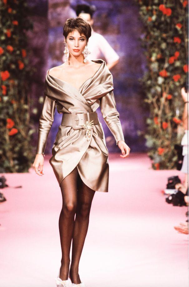 Christy Turlington avvolta da un abito oro di Chanel sulla passerella circa 1992.
