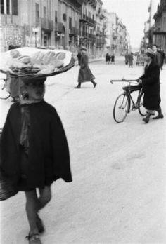 Italia Dopoguerra - Palermo - Un ragazzo con un cesto sulla testa porta del pane per le vie della città
