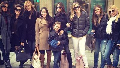 El club de las parejas del Real Madrid: Maxi bolso, maxi gafas, maxi pelo, pantalón ultrapitillo y un smartphone a mano. ;-DDD.