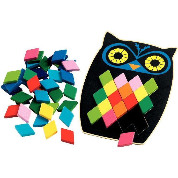 Mosaïque Hibou.Contenu de la boîte : 1 base hiboux en bois (19.5x13cm), 5 cartes modèles recto/verso en carton plastifié (10x6.5cm), 57 losanges ass en bois (3.2x2x0.6cm).But du jeu : L'enfant doit reproduire les séquences colorée...