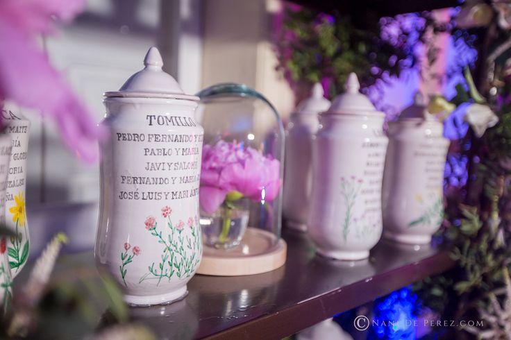 Seating plan para la boda de los farmaceúticos Paco y Maite, realizado en albarelos de cerámica pintados a mano con diseños de Loveratory. La organización integral de la boda corrió a cargo de Sí!Quiero.  Foto: Nani de Pérez #seatingplan #seatingdeceramica #meserosdeboda #meserosdeceramica #bodabotanica #bodafarmacia #bodas2017 #tendenciasdeboda