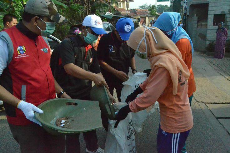 Jajaran eksekutif Hero Group bersama warga sekitar membersihkan sampah di Kel. Jurang Mangu Barat #HeroGreenAction