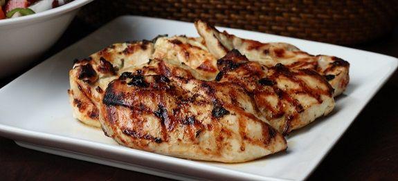 Το Κοτόπουλο λαδορίγανη το σερβίρουμε με ρύζι πιλάφι, σαλάτα ή με πατάτες τηγανιτές