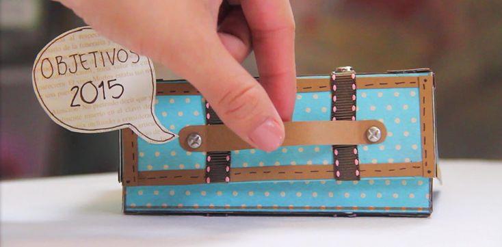 Si te gusta hacer manualidades esta maleta retro vintage hecha con cartulinas de colores es perfecta. Animate a crear tu primera manualidad de papel.