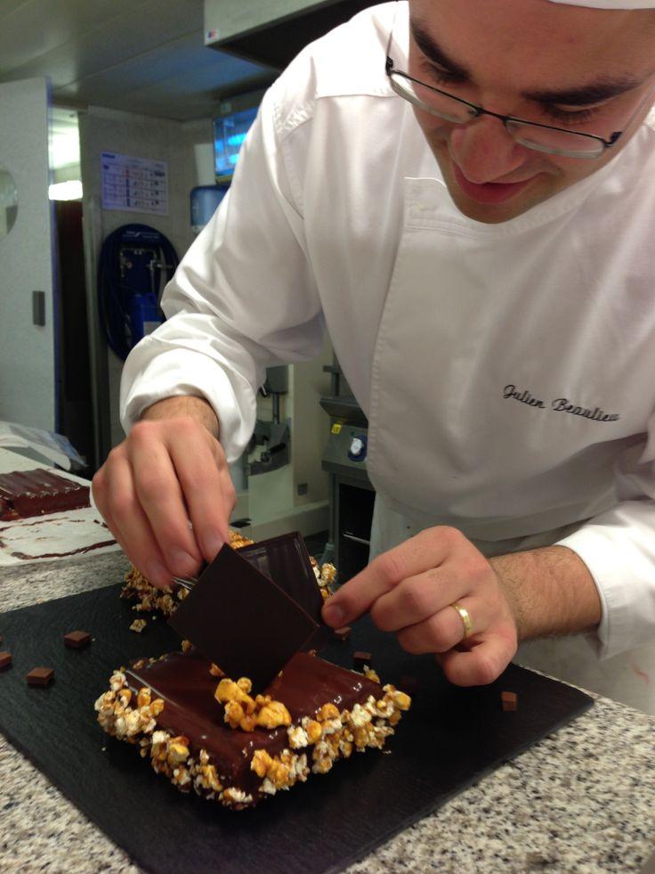 O Chef Pâtissier Julien Beaulieu, σε ώρα δημιουργίας Le Chef Pâtissier Julien Beaulieu en pleine création. French Pastry Seminar, 1/12/2014 - Hotel Sofitel Athens Airport,