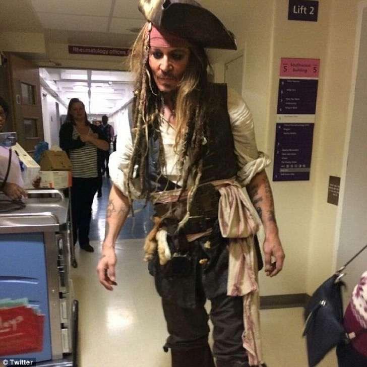 Johnny Depp se vistió de Jack Sparrow para visitar un hospital de niños enfermos para Navidad