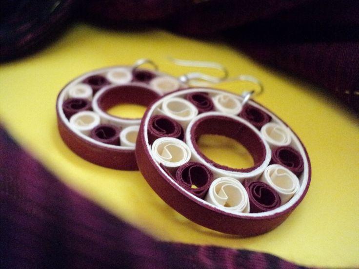 MinkArt quilling fülbevaló / earrings. Quilling jevellery by MinkArt. 30 mm, dark red & cream. https://www.facebook.com/minkartdesign