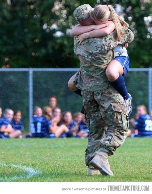 Sorpresa le da su novio a futbolista después de llegar de afganistan