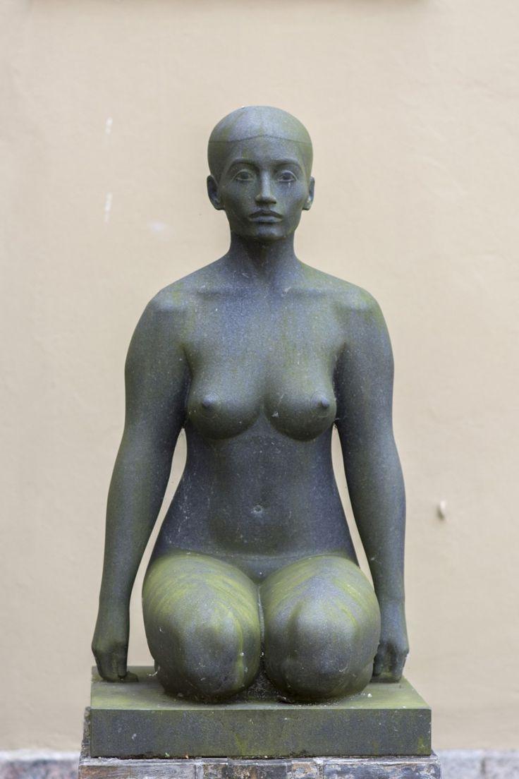 #Schleswig Makellos wurde der würdevolle Frauenkörper aus dem schwarzen Granit modelliert.Die ungewöhnliche Haltung des Kniens schafft gemeinsam mit den Oberschenkeln eine feste, kompakte Basis für die Figur...