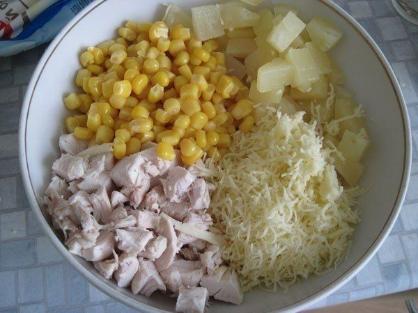 Фото к рецепту: Салат из курицы с ананасами и кукурузой