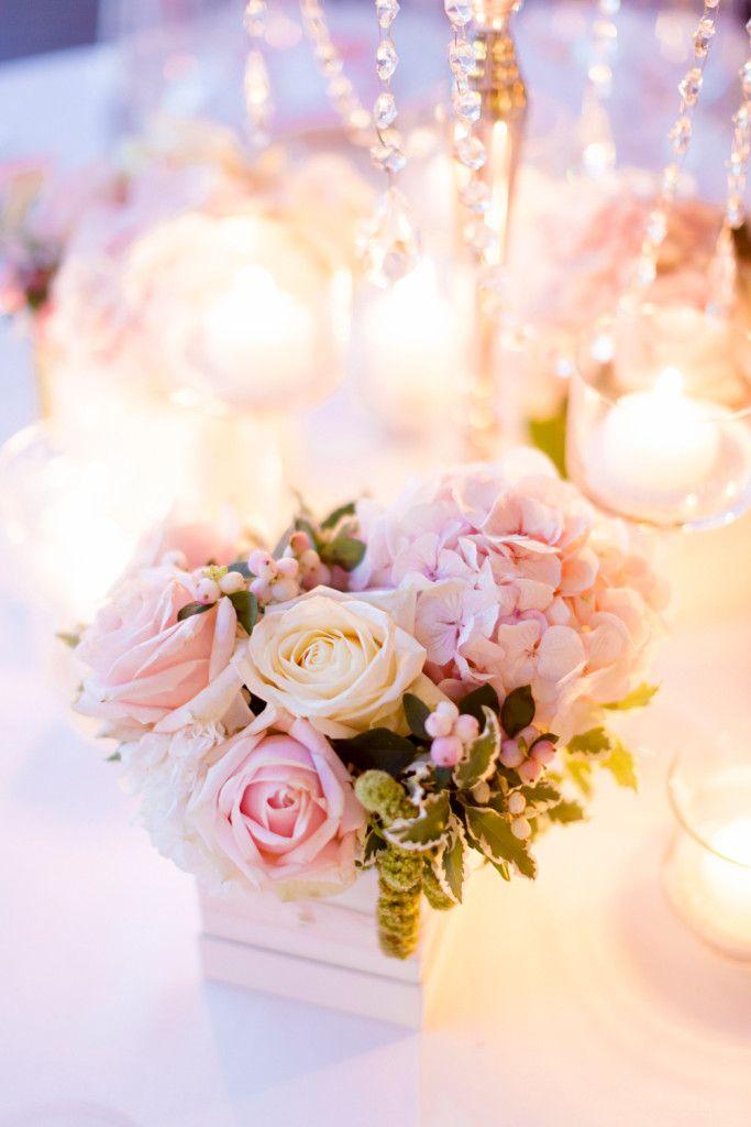 Decorazione centrotavola, candelabro centrale e scatoline abbinate con rose inglesi e ortensia