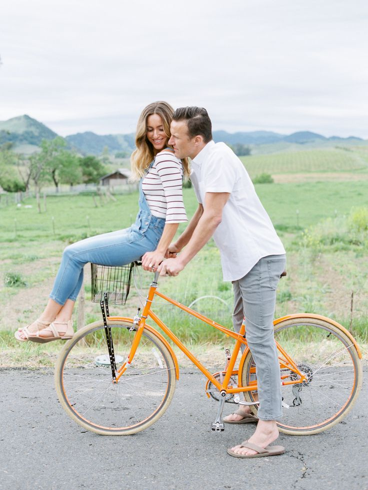 bicycle anniversary session | Photographer: Lucy Munoz