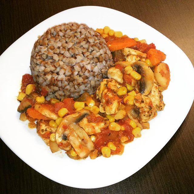 Pomidorowa potrawka z kurczaka z warzywami i kaszą gryczaną 😉 #dietaniemusibyćnudna #healthyfood #healthyliving #heathylife #fitobiad #pomyslnaobiad #wiemcojem #eathealthy #eatclean #jemzdrowo #zdrowywybor #zdrowezycie #zdroweodżywianie #zdrowoismacznie #zdrowystylzycia #zdrowywybor #odchudzanie #redukcja #czystamicha #zdrowejedzenie