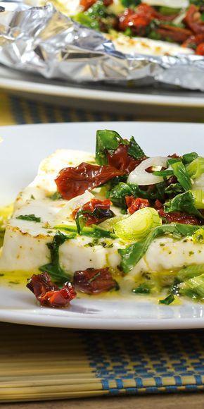 Fetakäse vom Grill schmeckt einfach immer. Besonders lecker ist er in dieser Kombination mit getrockneten Tomaten, Rucola und Frühlingszwiebeln.