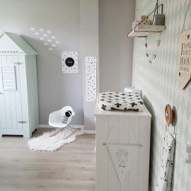 De babykamer van Finn: mintgroen gecombineerd met monochrome. Laat je inspireren door de mooiste babykamers en kinderkamers op www.bybineke.nl
