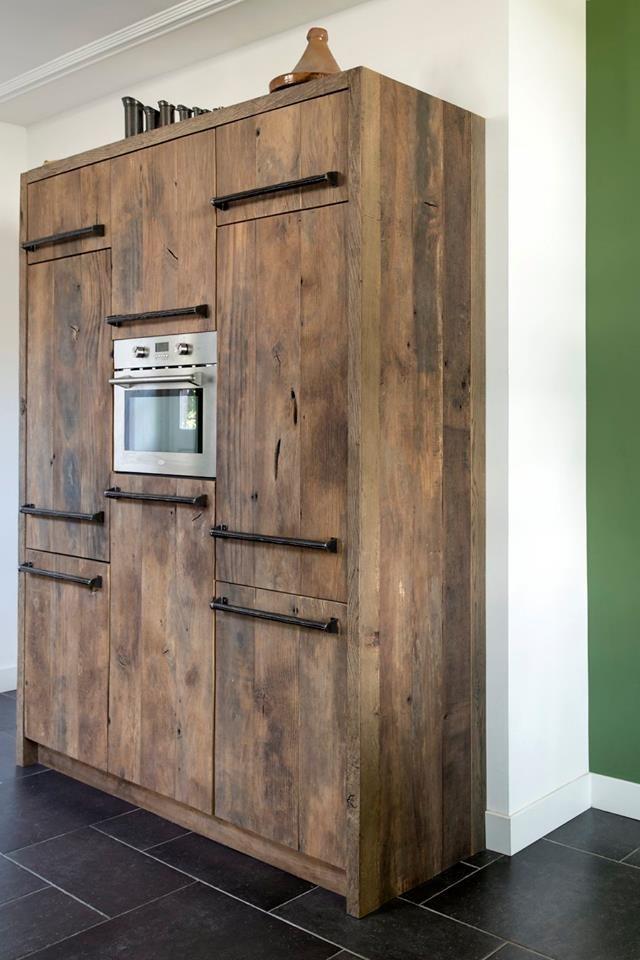 Houten keuken met hoge kast met inbouwapparatuur van oud eiken via RestyleXL. Foto: Magazine Wonen in landelijke stijl - Fotografie Denise Keus