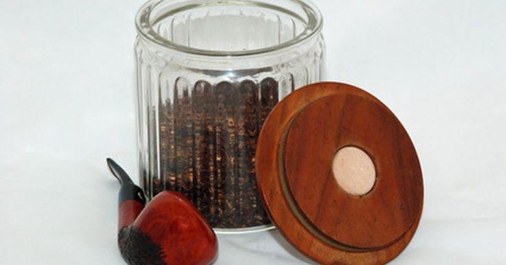 Como limpar resina de cachimbos de aço. O cachimbo de aço é uma das muitas maneiras de se fumar tabaco. Todos os tabacos possuem aromas diferentes e também diversos tipos de resina, que é uma substância pegajosa que fica no fornilho após fumar. Ela pode variar em cor, de preto a marrom, e, quando endurece, pode se tornar de difícil remoção. Você precisará de alguns ingredientes básicos ...