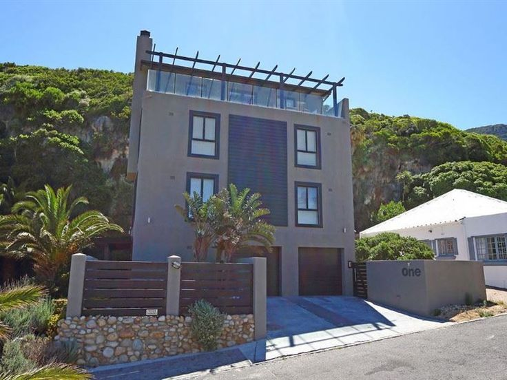 Seacliff III - Seacliffe III is located in a friendly suburb named Hout Bay in Cape Town. This modern apartment can accommodate up to three guests and features a lounge with a fireplace, DStv and free Wi-Fi Internet ... #weekendgetaways #houtbay #capemetropole,peninsula #southafrica