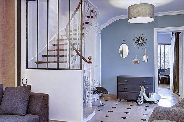 Cliché d'une maison style années 30 de Montreuil rénovée avec les peintures Farrow and Ball. Mur en Stone Blue http://www.papillondecoration.com/stone-blue---no-86---emulsion-mate-888-p.asp et les boiseries en Wimborne White http://www.papillondecoration.com/wimborne-white----no-239---emulsion-satinee-3080-p.asp #farrowandball #peinture #stoneblue #interiordesign