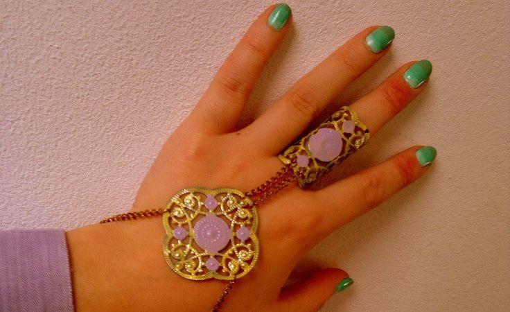 Ring/armband gemaakt van oude sieraden en bewerkt met nagellak. Gemaakt door Elisabetty Ploos van Amstel.