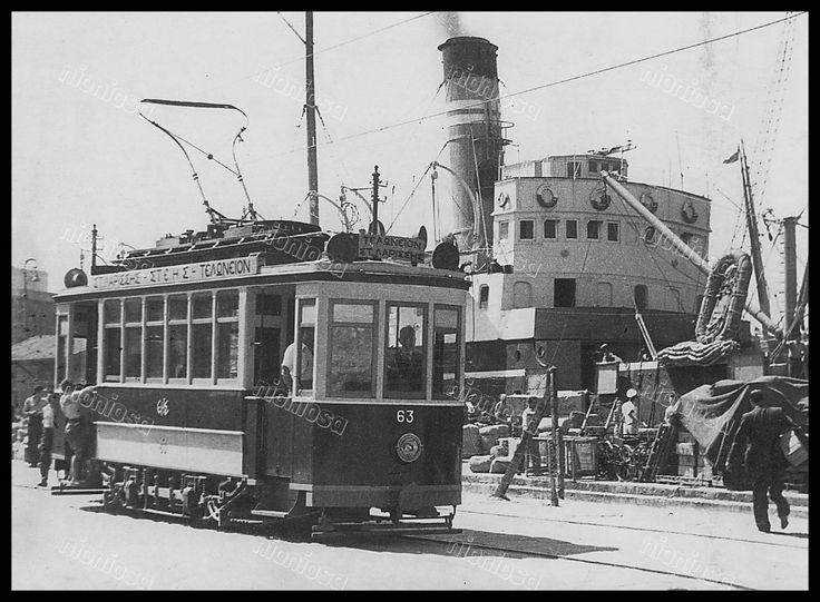 Το τραμ της Παραλίας στο καθημερινό του δρομολόγιο στο λιμάνι του Πειραιά. Το εικονιζόμενο βαγόνι Νο. 63 (Κατασκευή ΕΗΣ/SIEMENS) διασώζεται σήμερα στο Σιδηροδρομικό Μουσείο της Αθήνας. (φωτογραφία: Ηνωμένοι Φωτορεπόρτερς)