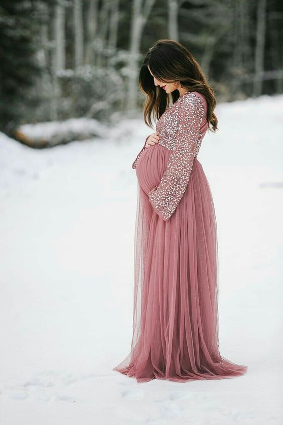2b7c121f39b19 20 Sweetest Winter Wonderland Maternity Photo Session That Look Adorable |  Pregnancy | Maternity shoot dresses, Maternity pictures, Pregnancy photos