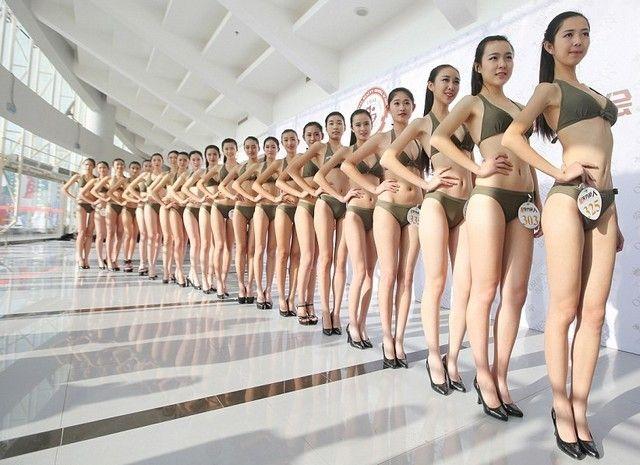 Pour décrocher le job d'hôtesse de l'air en Chine, on défile en bikini …