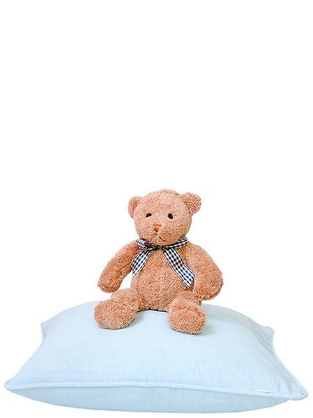 Pentikin ihana vaaleansininen tyyny sopii vaikkapa sohvan tai sängyn somisteeksi, koko 45 x 45 cm. Paketti sisältää sekä tyynynpäällisen, että sisällä olevan untuvatyynyn. Suloisen ja ihanan pehmeän halinallen voi ottaa matkaseuralaiseksi käsän reissuille tai unikaveriksi höyhensaarille. Nallen korkeus on 32 cm.