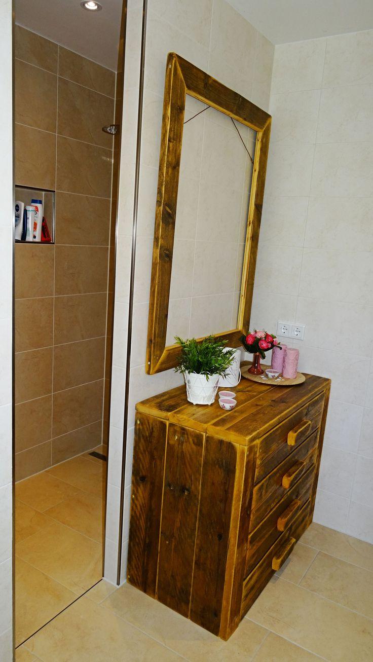 Badkamermeubel gemaakt van oud steigerhout. De meubels worden gemaakt door steigerhoutfryslan/friesland. Kwaliteit staat bij ons hoog in het vaandel! U kunt bij ons kiezen uit div kleuren. Voorzien  van een matte coatinglaag. Goed afneembaar kring en vlekvrij.