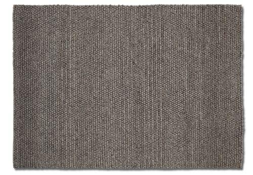 Peas er laget av hundrevis av små ullkuler, sydd sammen til et vakkert teppe med myk tekstur. HAY samarbeider med små, lokale veverier i India og Nepal, både for å gi sårt trengte arbeidsplasser og for å opprettholde et høyt kvalitetsnivå. Kom gjerne innom oss for å se på teppeprøver. Bestillingvare. Leveringstid ca 4 uker. 80 x 140 cm 80 x 200 cm 140 x 200 cm 170 x 240 cm 100 x 300 cm 200 x 300 cm