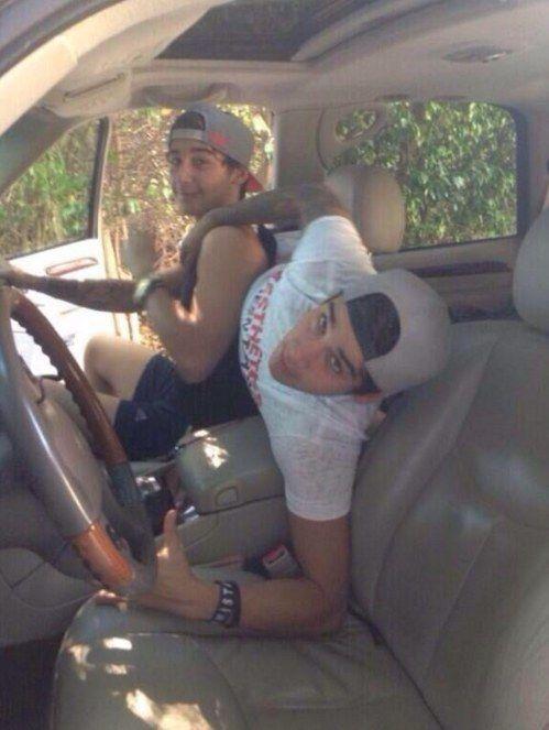 Wenn ihr euch darum streitet, wer im Auto vorne sitzen darf: | 25 Bilder, die für Leute ohne Brüder keinen Sinn ergeben