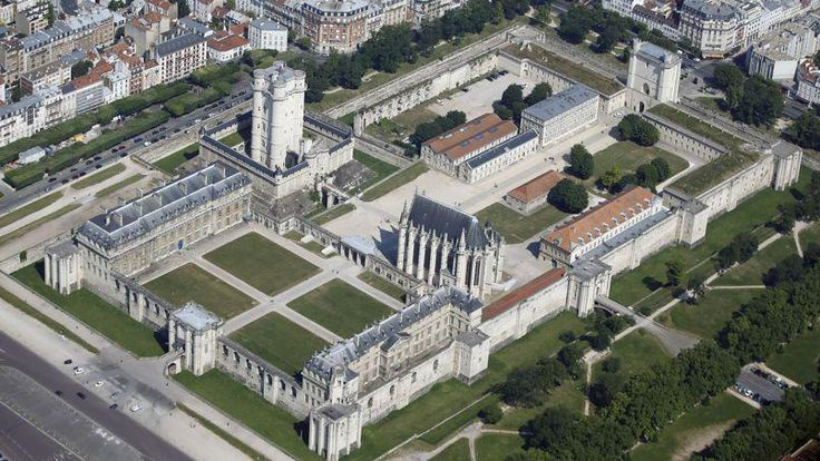 Le château de Vincennes, ancienne résidence royale, est le plus vaste château-fort encore existant.