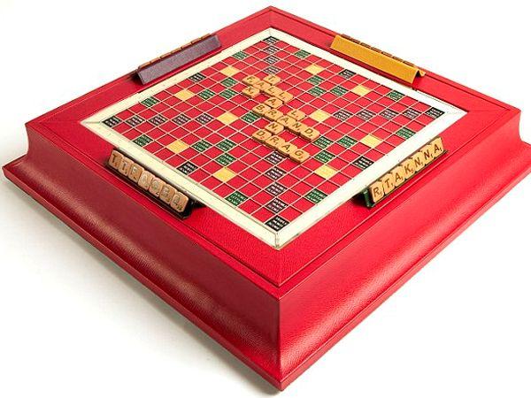 Tablero de Scrabble- de la firma Geoffrey Parker. Está hecho a mano con madera de cerezo y forrado en cuero. Precio: 3.500 dólares.