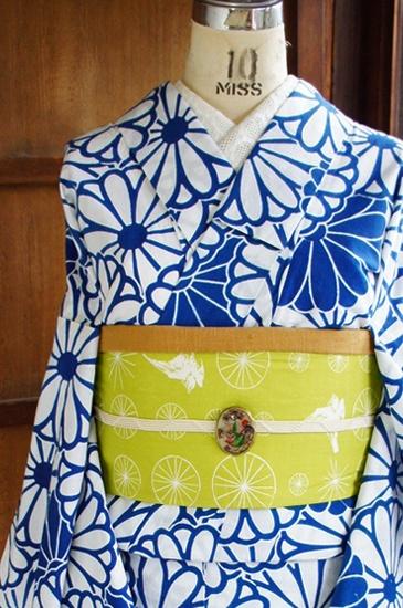 ほのかにスモークがかった紺色に近い青色と白でまんまる菊花模様が重なった北欧ファブリックのようなモダンデザインが染め出された注染レトロ浴衣です。