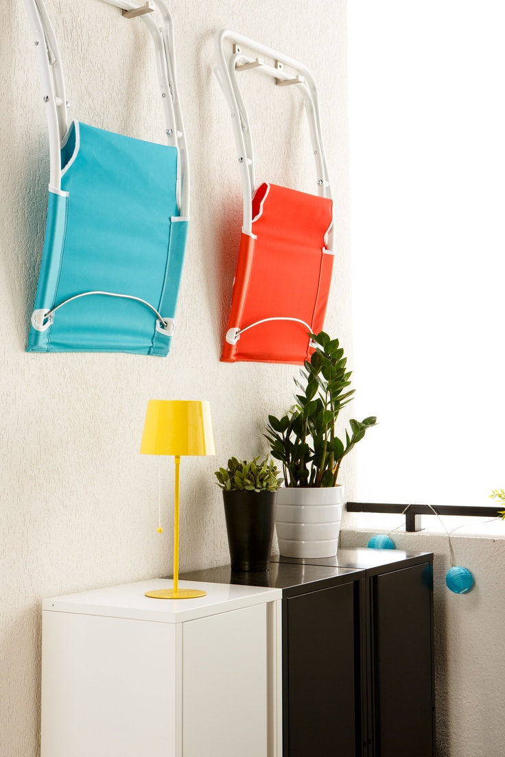 Scaunele de vară HAMO pot fi pliate ușor și suspendate pe perete, astfel ȋncât să te poți mișca ȋn voie ȋn spațiul din balcon.