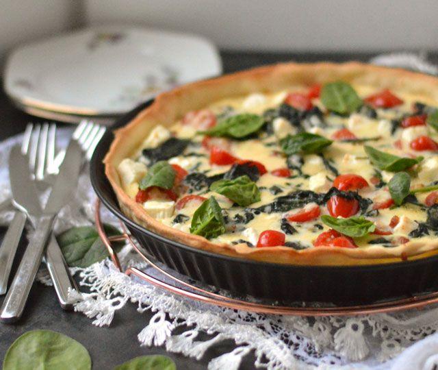 Quiche met feta, spinazie en tomaat: ✓ makkelijk om te maken ✓ perfect om voor te bereiden ✓ gezond ✓ snel klaar ✓ ontzettend lekker