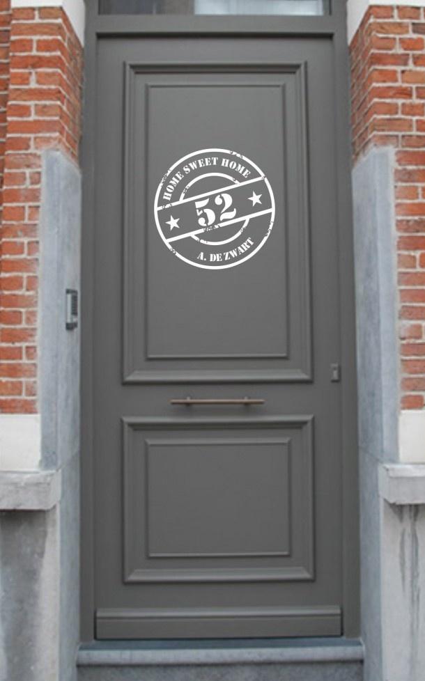 Interieurideeën | stoere familienaam stempelsticker op de voordeur.