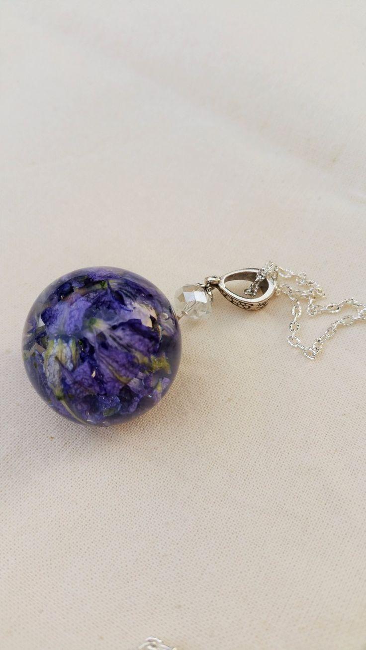 """collier sautoir bulle de résine avec fleurs """"pied d'alouette"""" bleues violettes séchées incluses : Collier par bulles-and-roses"""