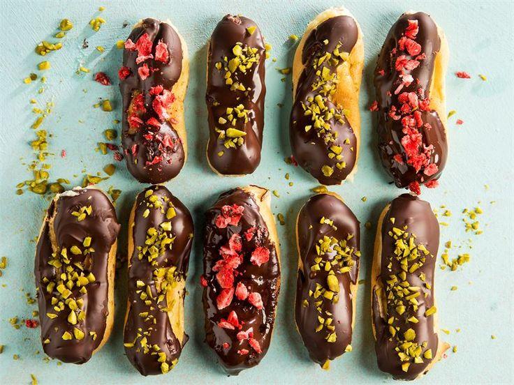 Chocolate eclairs on alkuperältään ranskalainen täyteläisen suklainen herkku. Pitkulaiset tuulihatut täytetään pehmeällä vaniljakiisselillä ja kuorrutetaan tummalla suklaalla. Värikkäät koristeet ilostuttavat kahvipöydässä.