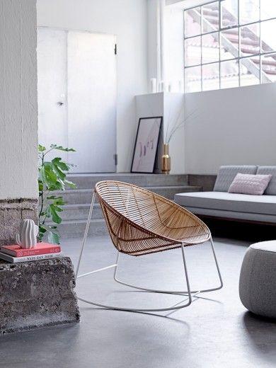 Een moderne schoomelstoel. Meer wooninspiratie of tips voor het inrichten van je huis kan je vinden op mijn interieurblog http://www.interieurinspiratie.nl/rotan-schommelstoel-van-bloomingville/