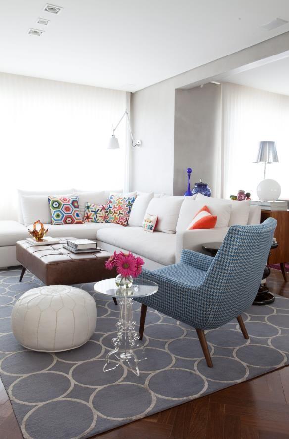 Decoração de: Detalhes; tapete azul claro com estampa de bolas; Casa de Valentina