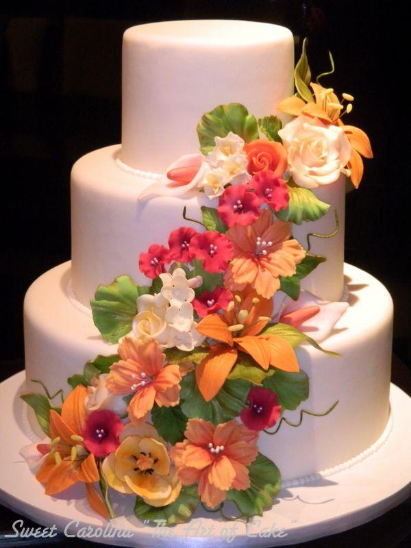 Bolo simples com perolas nas junções e flores - só que brancas ou clores claras
