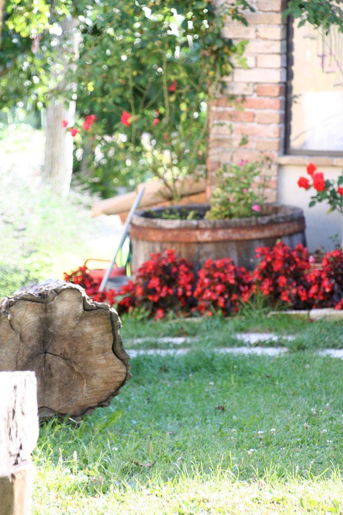 la vecchia botte piena di fiori in giardino