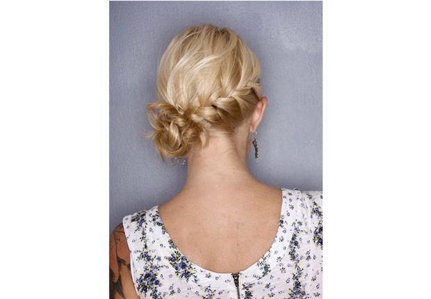 La tresse chignon Sur une base de cheveux longs, prenez une grosse mèche de cheveux au-dessus de l'oreille et séparez-la en quatre mèches égales. Faites passer la mèche la plus basse sur celle d'à côté, puis celle qui la précède par-dessus. Prenez la mèche la plus haute et faites la passer sous la mèche juste en dessous et au-dessus de la troisième. Répétez ...