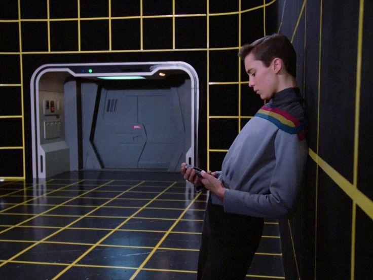 Ein-de-lijk! Onderzoekers maken Holodeck uit Star Trek werkelijkheid  Hoewel een aantal toffe gadgets van Star Trek tegenwoordig ook in de echte wereld te vinden zijn is veel van de technologie in de 50 jaar dat de franchise bestaat nog science fiction. Een voorbeeld daarvan is de Holodeck waarmee karakters konden interacteren met een kunstmatige omgeving en met elkaar zonder fysiek bij elkaar in de buurt te zijn. Maar onderzoekers van de New York University willen dit nu werkelijkheid gaan…