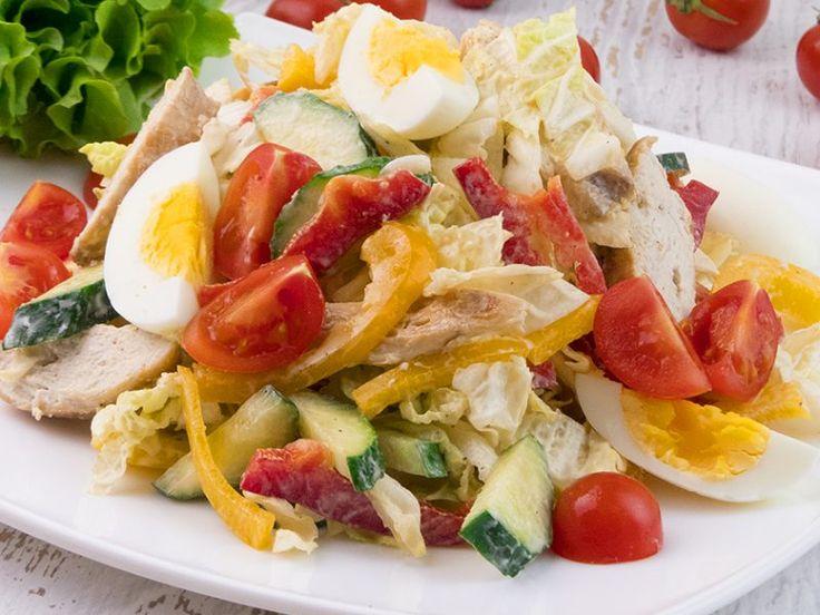 Salată cu piept de pui și legume – alegerea ideală pentru o cină rapidă!