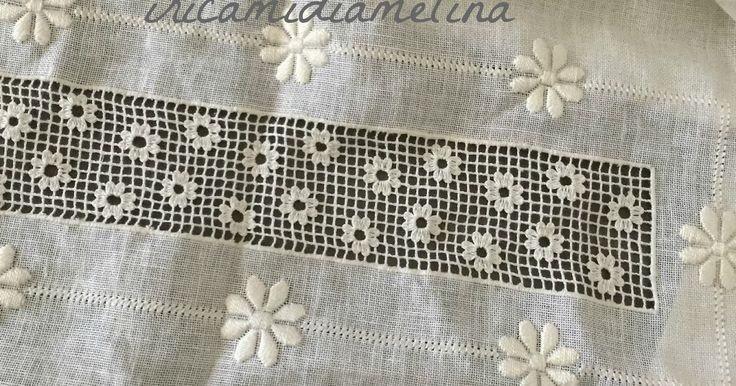 Una coppia di asciugamani in puro lino ricamati a mano.   Una rettangolo di rete sfilata con fiori ricamati a punto rammendo qui il video ...