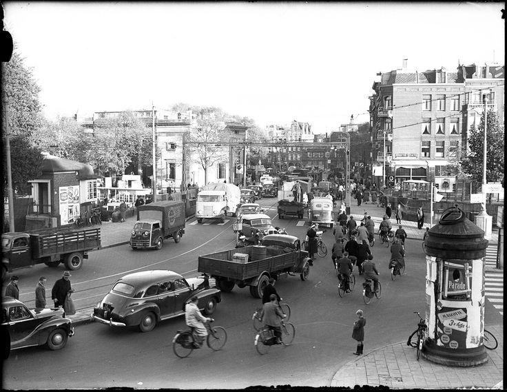 Amsterdam, 1952. Verkeerspolitie regelt verkeer op de brug tussen Haarlemmerplein en Nassauplein.